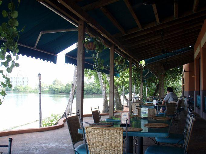 波の音、夕日、生演奏を楽しめる、贅沢なレストラン