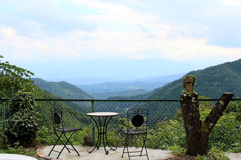まさに秘境!秩父の山奥の絶景カフェ「天空の楽校」は懐かしすぎる空間