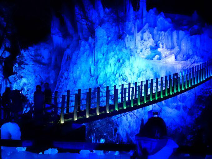吊り橋から望む別世界「尾ノ内百景(冷っけぇ〜)氷柱」