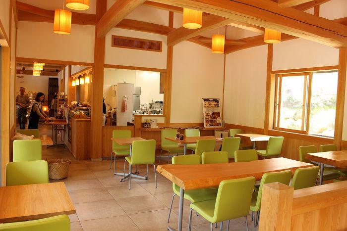 西川材に囲まれた癒し空間でカフェタイム