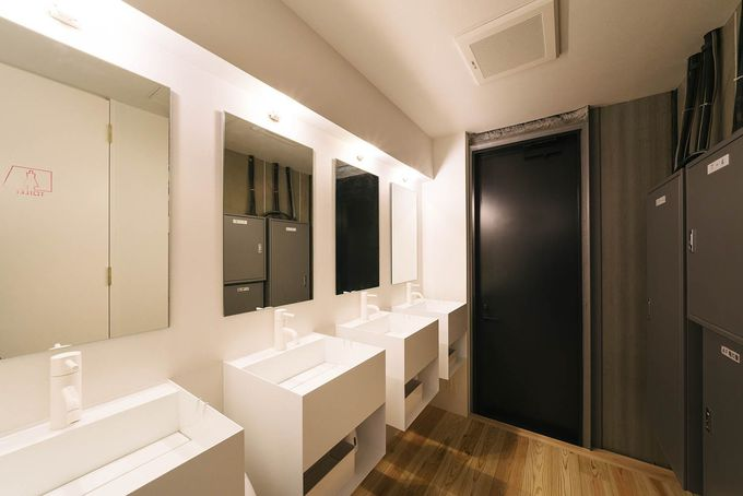 カプセルホテルの常識を覆す空間設計
