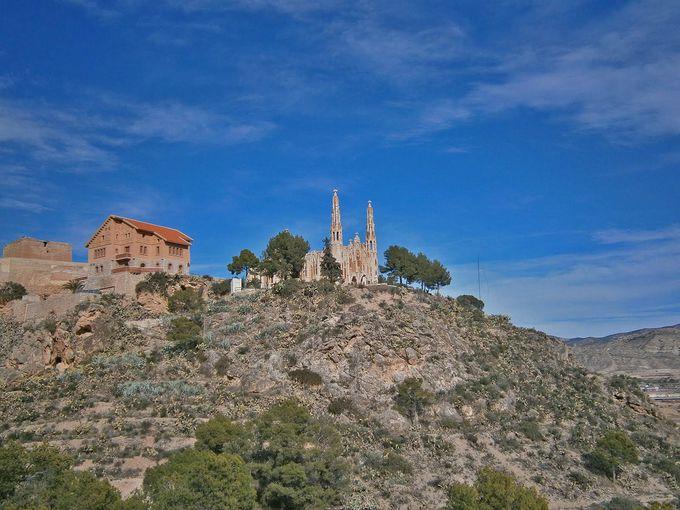 山の上から町を見守る教会