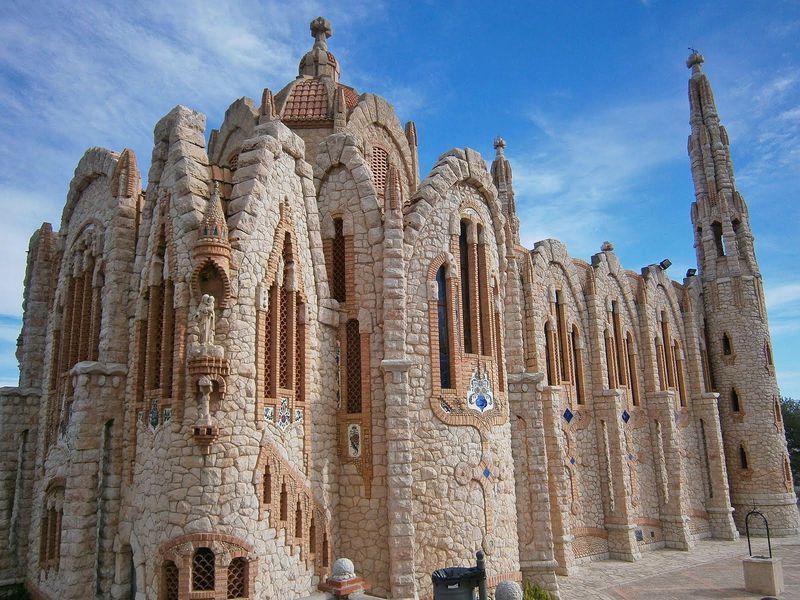 スペインの荒野にそびえる名建築「サンタ・マリア・マグダレナ教会」