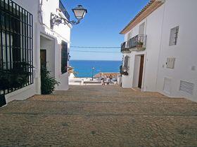 街中に展望台がある地中海を臨む白い町!スペイン・アルテア