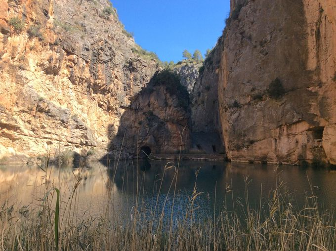 「青い水たまり」と洞窟