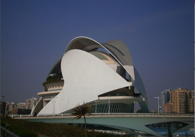 近代的なオペラハウス「パラウ・デ・レス・アルツ・レイナ・ソフィア」