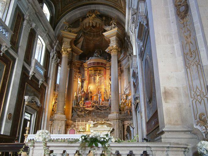 美しくも珍しい祭壇
