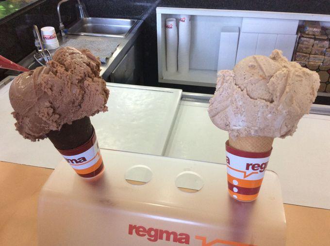 老舗カフェ「レグマ」のコーヒーとアイスクリームを堪能!