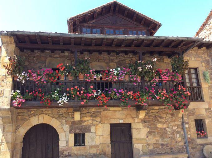 スペイン北部ならではの美しい街並みが広がる