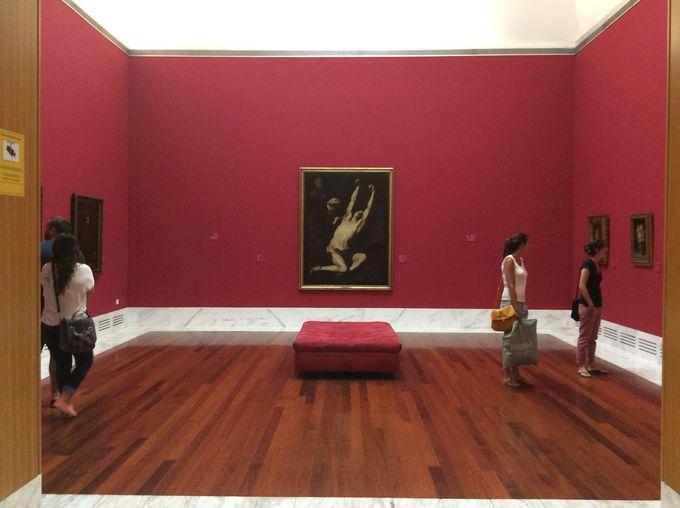 豪華作品で飾られる赤い部屋