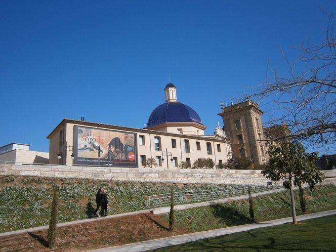 屋根の目の覚めるような青さも目を引く美術館