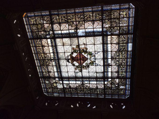 バレンシア市のシンボルが描かれたステンドグラス