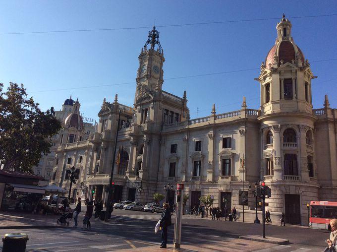 赤い屋根がきらめくエレガントな市庁舎
