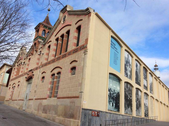 モデルニスモ様式の博物館でコルク産業で栄えた街の歴史を見る