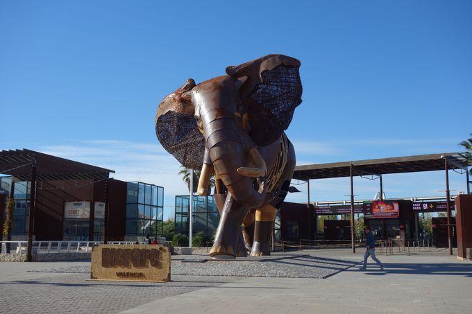 ゲートで巨大なゾウがお出迎え!