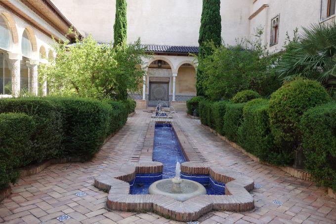 水の音に静かに耳を傾けたいパティオ(中庭)の噴水