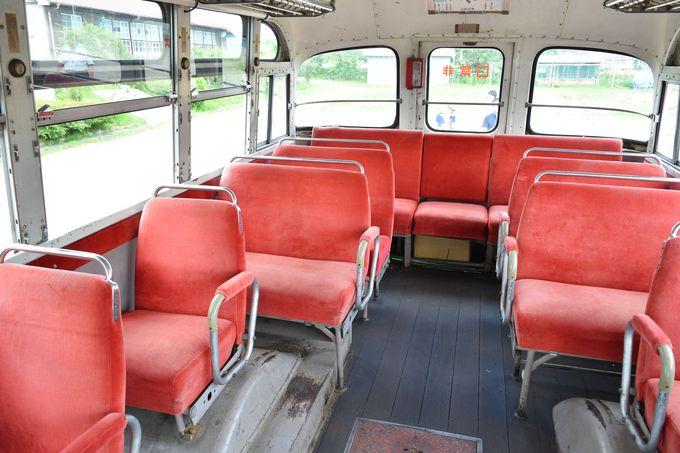 『ひよっこ』のボンネットバスが旧上岡小学校に!