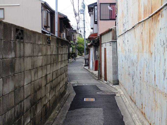 京都らしい細い路地にあります