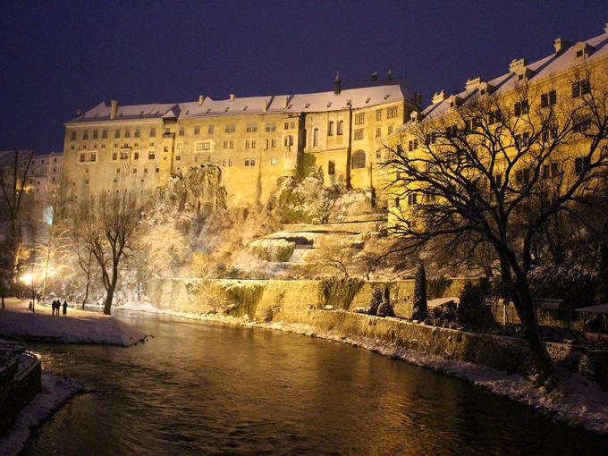 雪のチェスキー・クルムロフ城のライトアップ