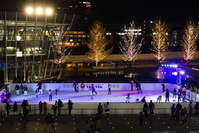 グランフロント大阪・うめきた広場のスケートリンク「つるんつるん」