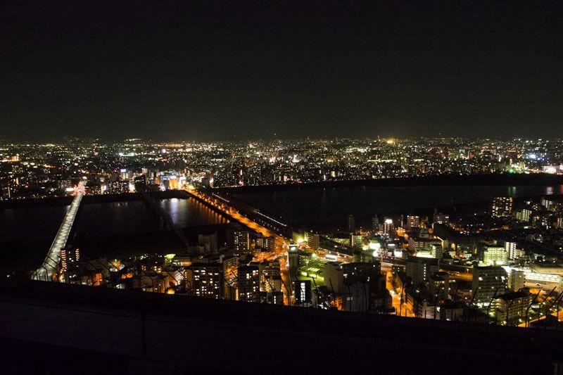 梅田スカイビルの空中庭園から眺める最高の夜景をプレゼント!