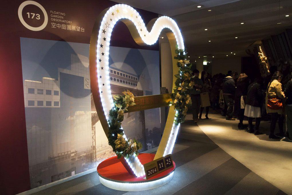 恋人の聖地のシンボル「ハート型フォトスポット」もクリスマス仕様