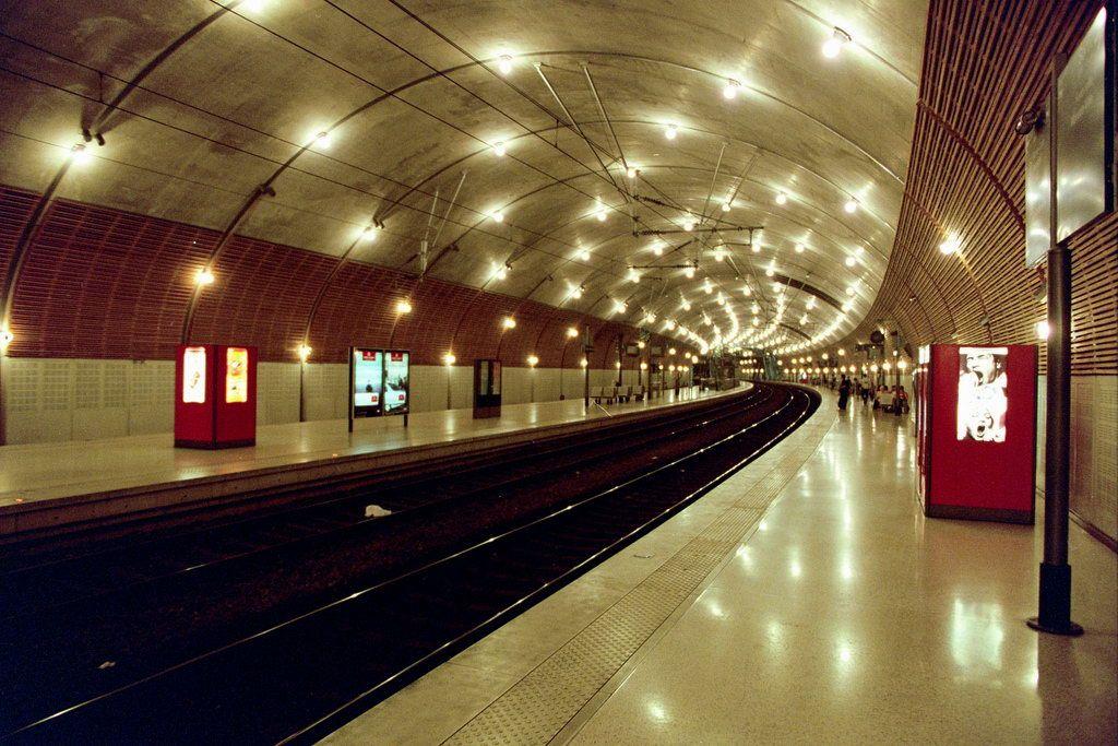 照明のきらめく近未来的デザインの駅構内。