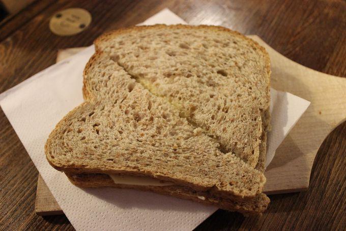 修道士手作りのパンとチーズとビールの3点セットが味わえる。