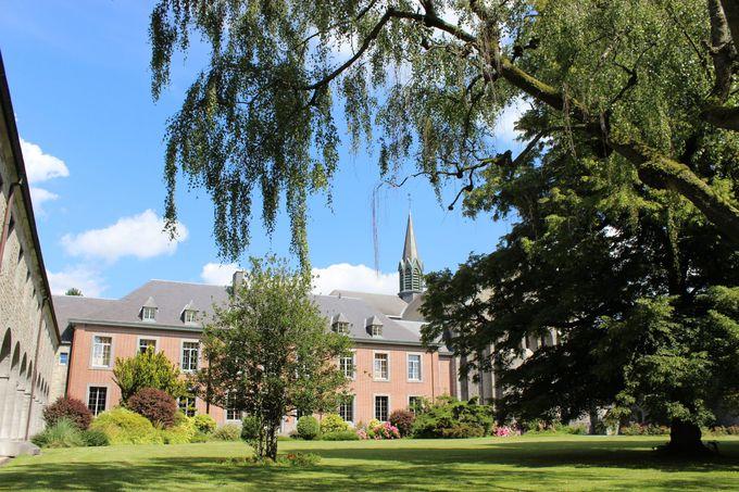 静寂が守られる修道院内に流れる、穏やかな空気。