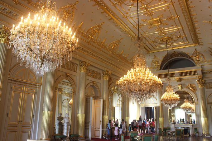 黄金とクリスタルのシャンデリアが煌めく回廊。