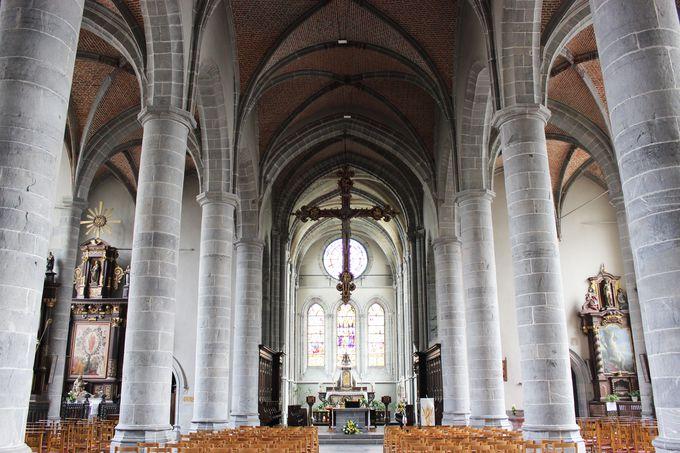 シメイ城と対を成す「聖ピエールと聖ポール・コレジアル教会」
