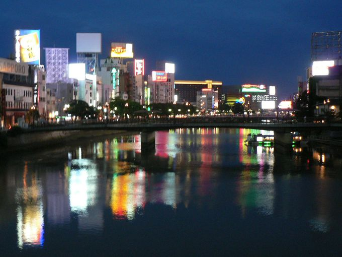 那珂川の水面に映る水鏡