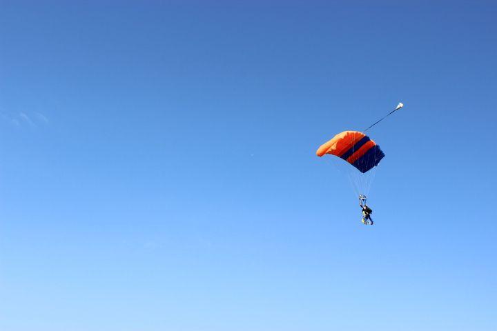 いざ、パラシュートでワロン上空へ!