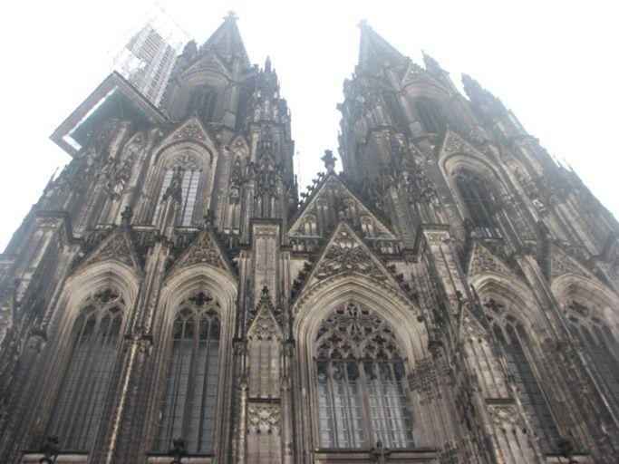 世界遺産ケルン大聖堂の広場に、市民が憩う街。