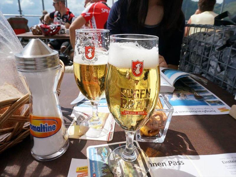山頂で味わうスイス料理と地ビール