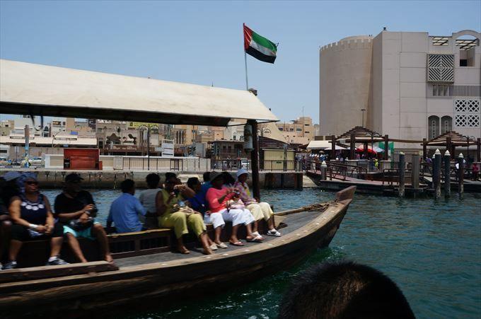 渡し船から歴史ある旧市街を眺める
