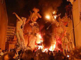 鳴り響く爆竹、燃え上がる炎!大迫力のバレンシアの火祭り
