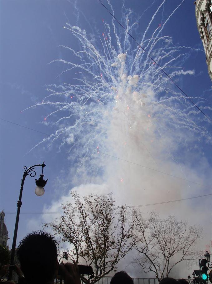 いたるところで爆発音!お祭りに欠かせない爆竹