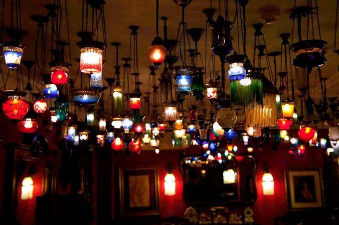 幻想的な光を放つモザイクランプ
