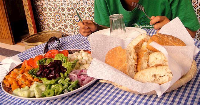 シンプルな味わいのモロッコサラダ、そしてお腹に悪いパン!?