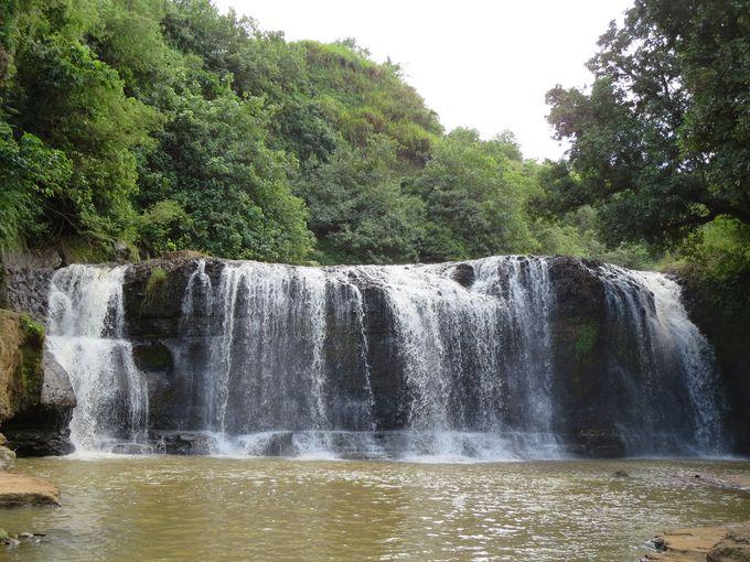 突如あらわれる「タロフォフォの滝」!