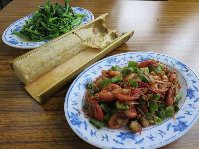 タイヤル族の名物料理、竹筒飯や川エビに舌鼓!