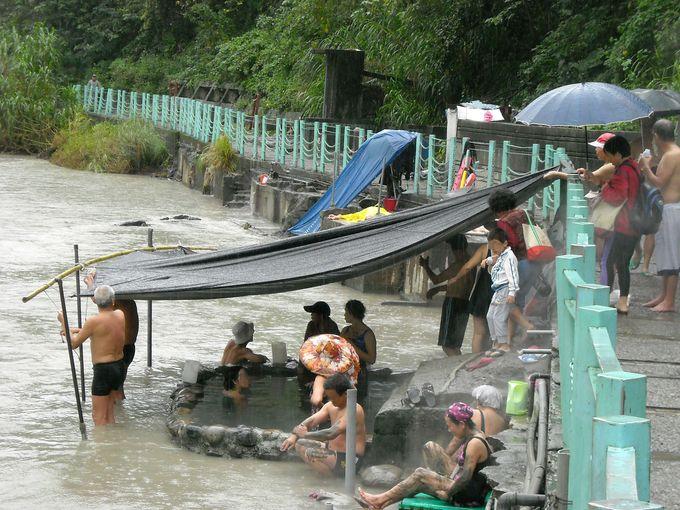 河原にできた露天温泉がとってもワイルド!