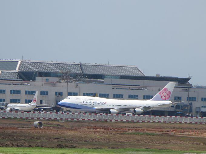 目の前に広がる桃園空港の滑走路とターミナル