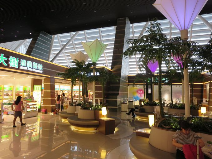 みごとに生まれ変わったターミナル1の3階、出発階を目指せ!