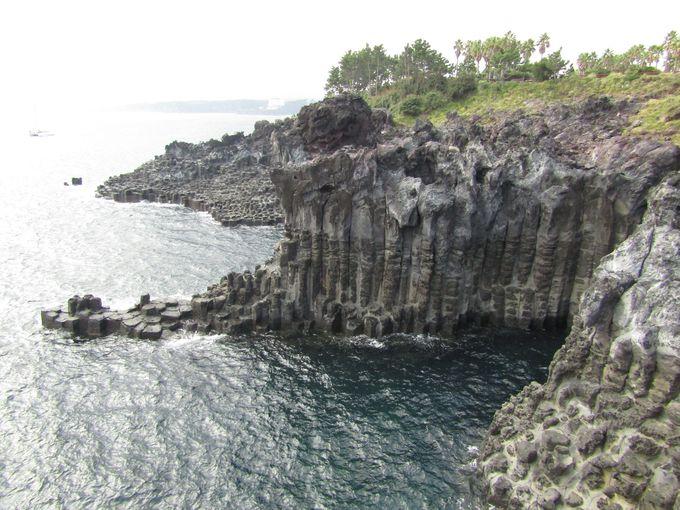 自然が生んだ幾何学模様「大浦海岸柱状節理帯」