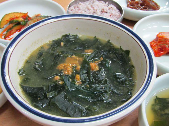 ウニが入った贅沢なワカメのスープ「ソンゲミヨックッ」
