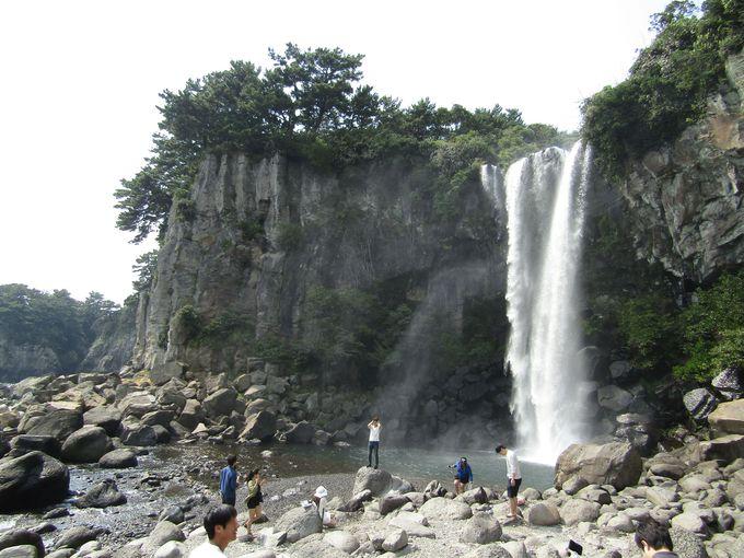 大海にかえる滝のいぶき!ダイナミックな「正房瀑布」