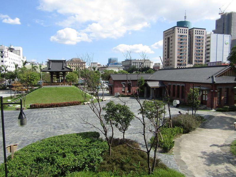 台北の市街地に出現した緑豊かなオアシス「西本願寺広場」