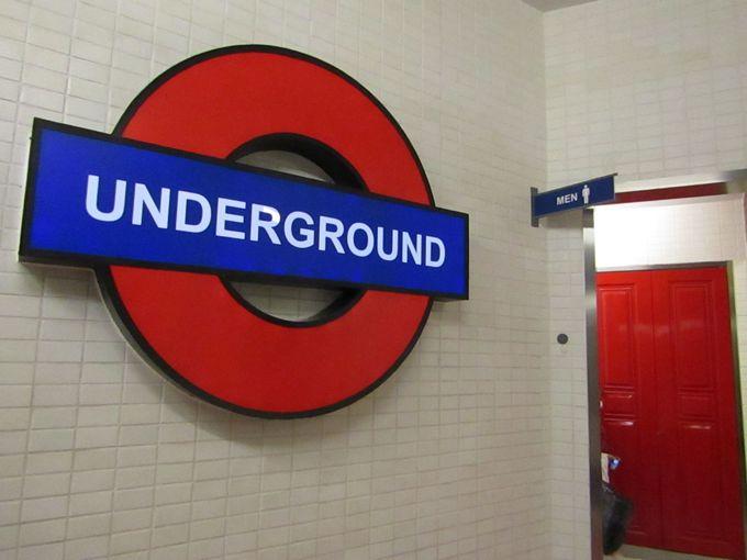 """地下鉄の駅で用を足す """"ロンドン フロア""""のトイレ"""